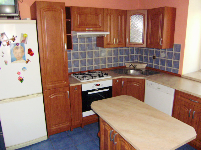 Rohová kuchyně do U s ostrůvkem Portos kalvádos