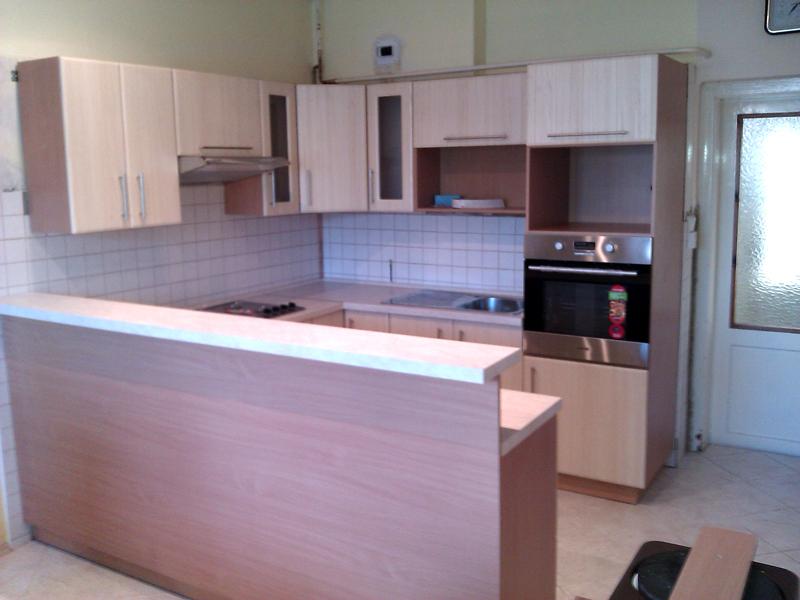 Realizovaná rohová kuchyně do U s barem Mydelko 290 cm