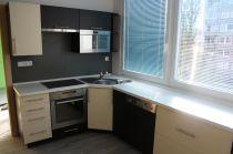 Moderní rohová paneláková kuchyně vanilka/wenge