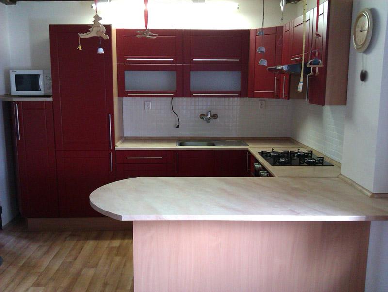 Realizovaná moderní rohová kuchyně do U s barem