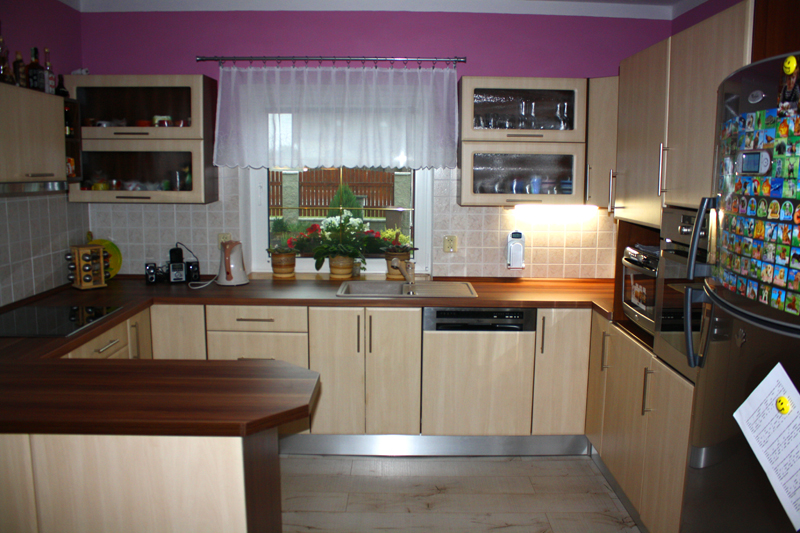 Realizovaná rohová kuchyně s barem Diana Mydelko bříza - ořech 150 cm