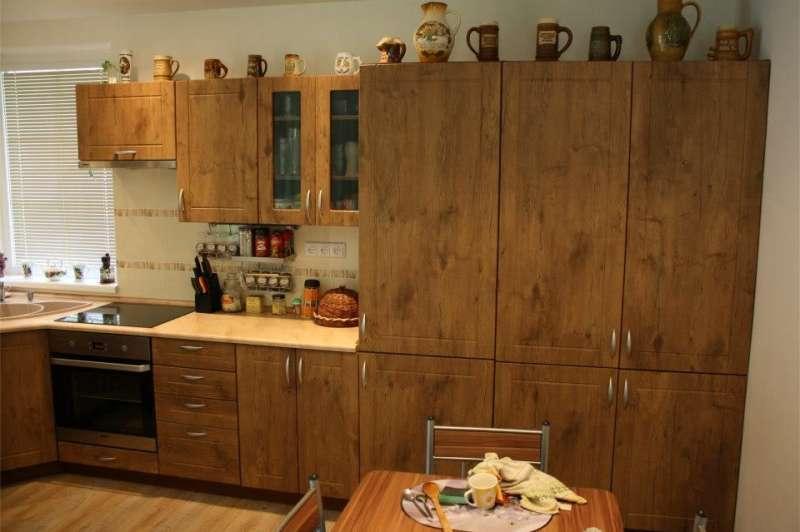 Realizovaná rohová kuchyně s barovým pultem
