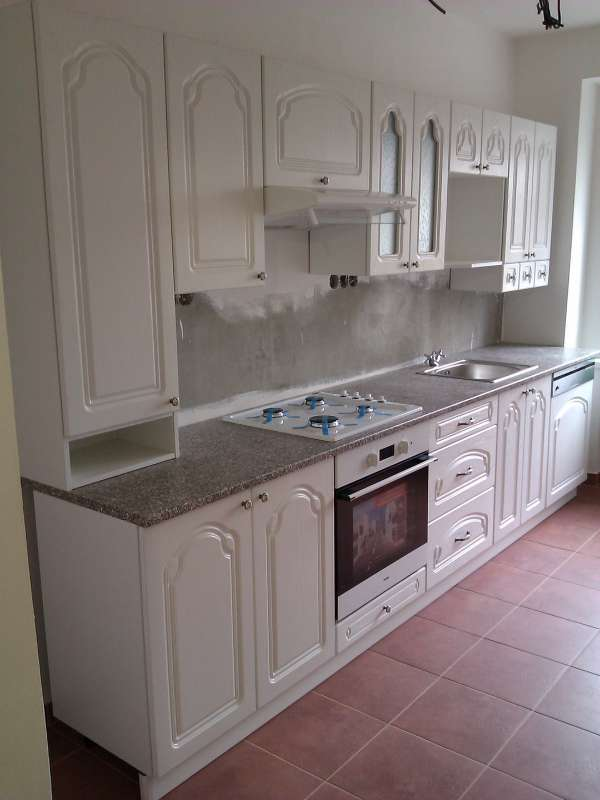 Realizovaná paneláková kuchyně Leška bílé dřevo 320 cm