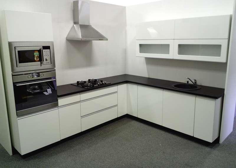 Moderní rohová kuchyně Carmen MO02 bílá