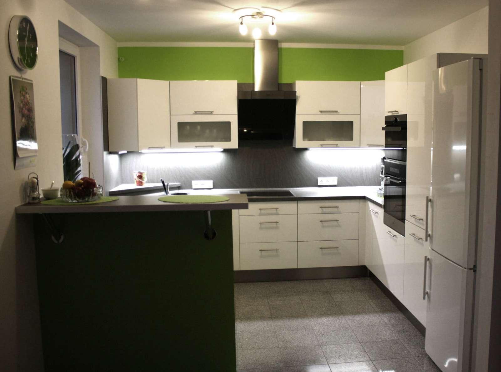 Kuchyně na míru do U s barem bílý lak