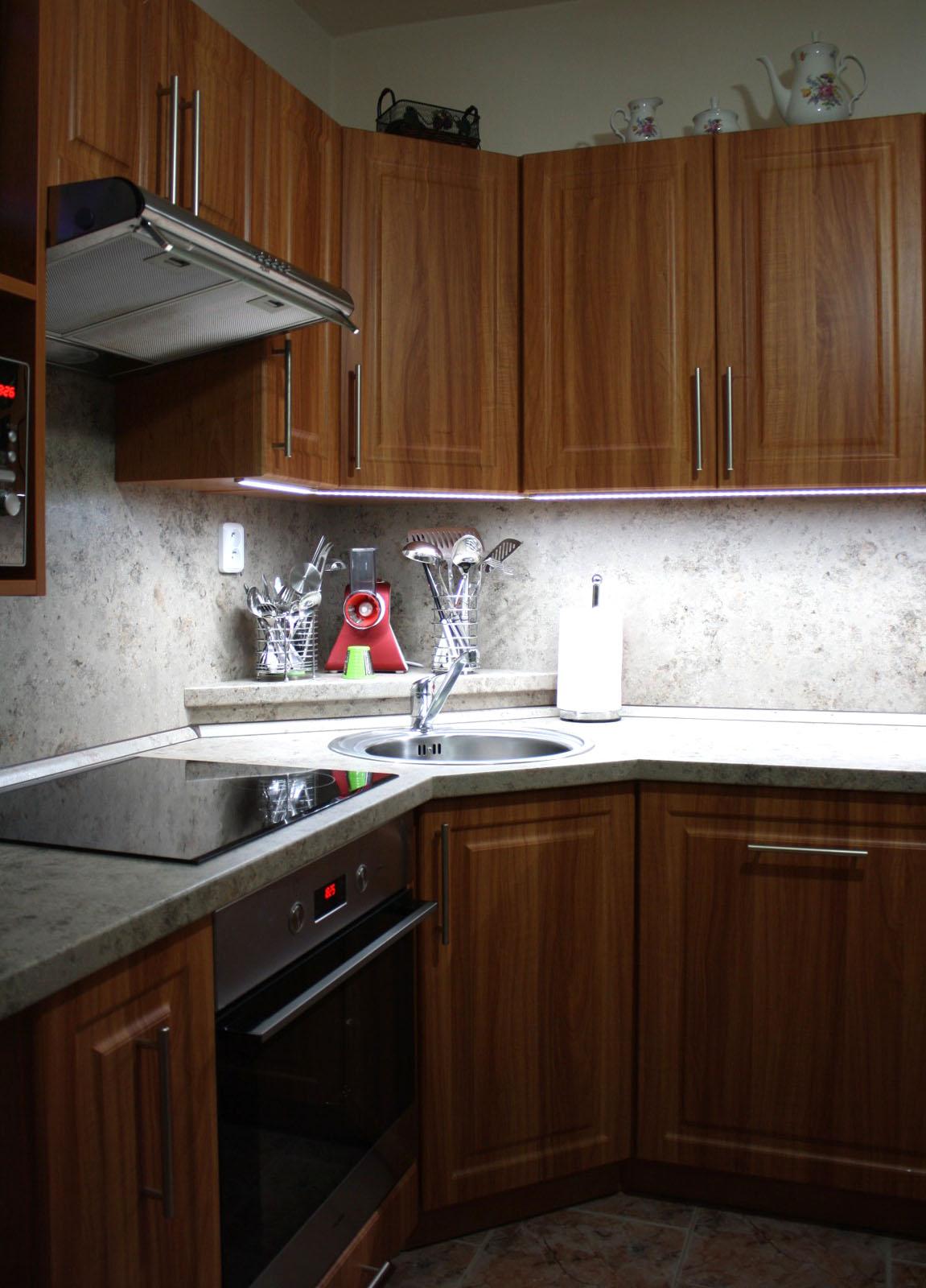 Kuchyně na míru L olše s atypickou spíží