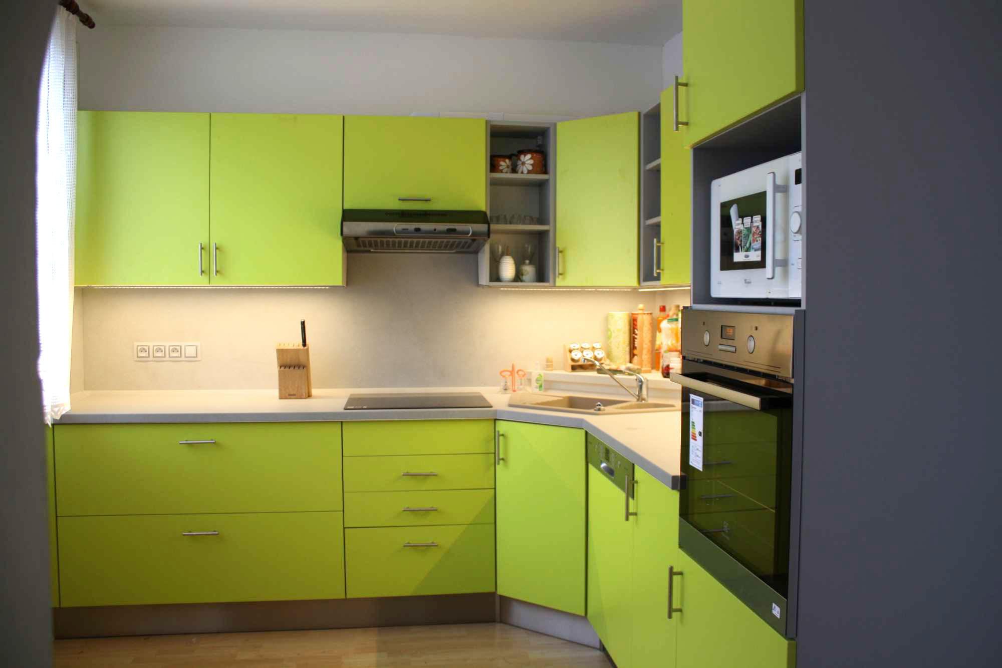 Realizovaná rohová kuchyně v zářivých pastelových barvách