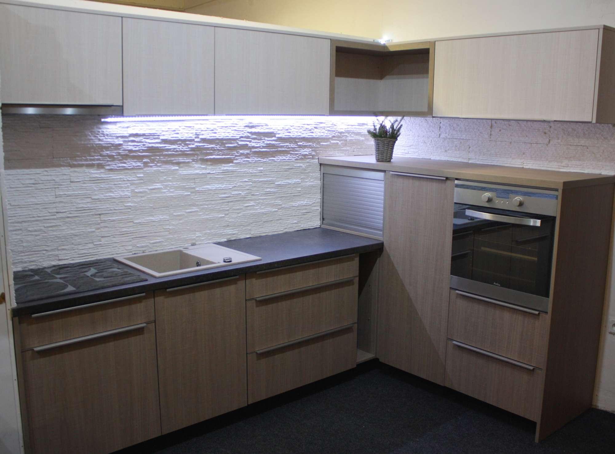Rohová kuchyně na míru v provedení lamino 18 mm