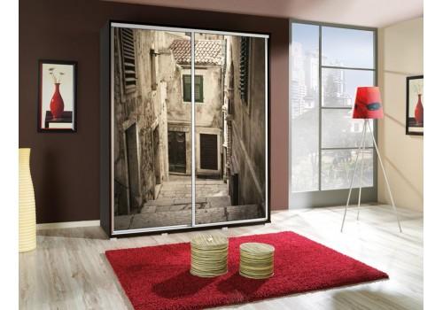 Šatní skříň s posuvnými dveřmi a obrázkem P - Ulička
