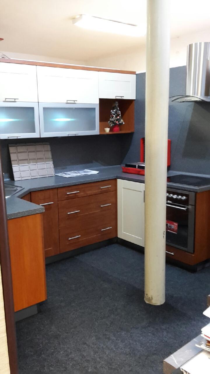 """Rohová kuchyně do """"U"""" ve dvoubarevném provedení - výprodej."""
